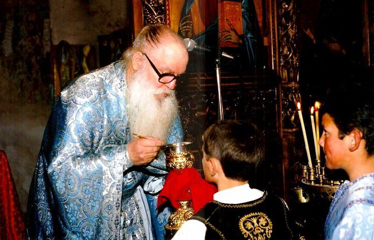 Εσύ, μπαμπά, γιατί δεν κοινώνησες;  Πολλά χρόνια στην Εκκλησία. Από τότε που θυμάται τον εαυτό του. Από μικρό στα χέρια και την αγκαλιά και μετά με το σχολείο στις Κυριακές και τις γιορτές. Παπαδάκι στο Ιερό τα τελευταία χρόνια του Δημοτικού και τα πρώτα του Γυμνασίου.....