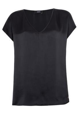 Blusa Seda Iódice Elegance preta, modelagem reta com mangas curtas e decote em V. A Blusa Seda Iódice Elegance é confeccionada em tecido de toque macio e caimento leve. Medidas da Modelo: Altura 1,73m / Busto: 87cm / Cintura  59cm / Quadril 87cm.