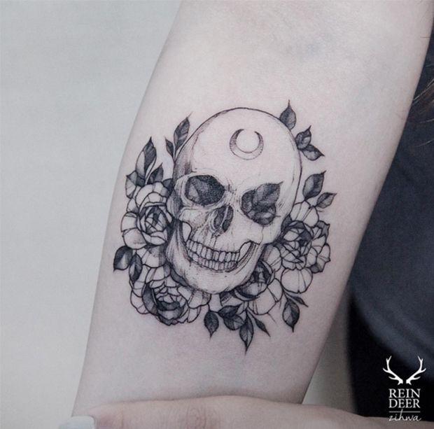 Zihwa mistura blackwork, linhas finas e pontos de cor para criar delicadas tatuagens botânicas