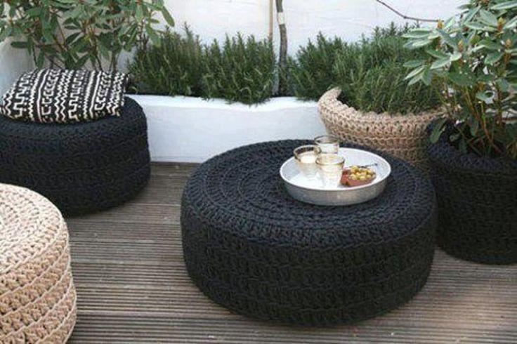 Reutilização de pneu e artesanato em crochê são a base dos móveis desta área externa. #pneus #crochê #sustentabilidade #decoração