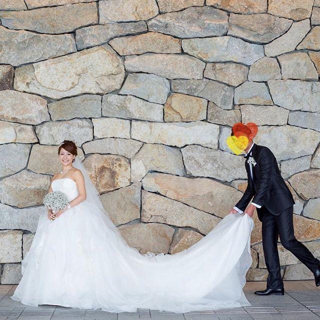 結婚式レポ♡カメラマンさんデータ ・ ロビー周辺であと何カットか撮ってもらって、外に出ました。こちらもパレス定番の石垣! 旦那さんにドレスとベールを持ってもらいました。ちょっとぎこちないかも。笑 ・ #結婚式レポ #結婚式 #パレスホテル #palacehoteltokyo #葵西 #ウェディングドレス #ハツコエンドウ #ジェニーパッカム #jennypackham #かすみ草ブーケ #卒花嫁 #卒花 #マタニティウェディング #妊娠8ヶ月 #30w #カメラマンデータ #unison #tmwedding0529