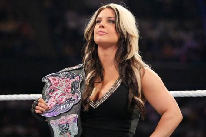 Chỉ hai ngày sau khi Paige bị hacker tấn công tài khoản Twitter và tung lên mạng những đoạn video nhạy cảm, thì lại đến lượt Kaitlyn - một cựu đô vật khác của WWE cũng vướng vào vụ bê bối tương tự.