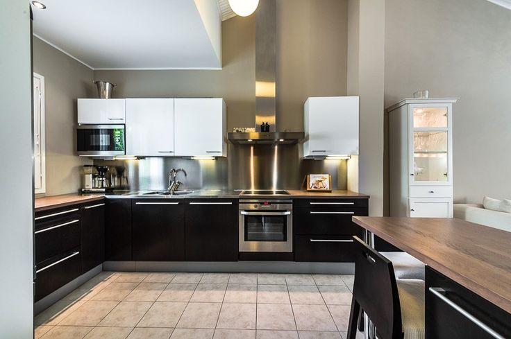 Ihana, muuttovalmis erillistalo, jossa jokainen yksityiskohta on suunniteltu ja toteutettu hyvällä maulla. Avara olohuone – ruokailutila – keittiö sisällä, sekä fiksusti suunniteltu terassipiha ulkona ovat miellyttäviä kotielämään ja erinomaisia kestimiseen. Keittiö, kylpyhuone, erillinen wc, kaikki on kauniisti remontoitu. Saunasta kulku fiksusti tilavaan takkahuoneeseen, jossa iso takka, ja sitä kautta ulos aurinkoiselle etelään antavalle terassille.