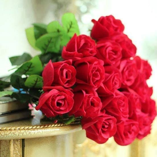 The romance of a bouquet of red roses never, ever gets old ...