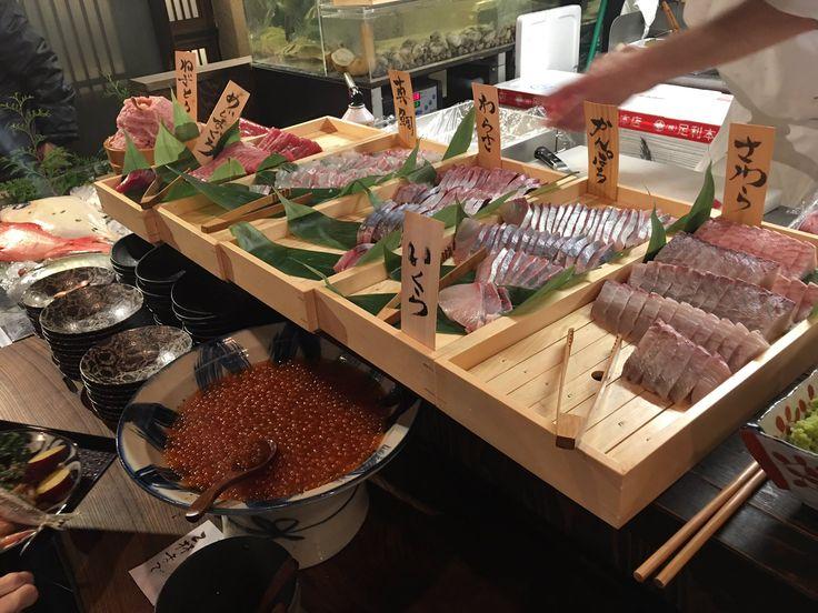 """すずき@SAO HR on Twitter: """"一昨日、神田駅前にオープンしたばかりの刺身食べ放題がスゴすぎた。40分890円でマグロからいくら、甘エビまで、好きなだけ食べられる。サイドメニューもカマスの塩焼きにさつまいもの甘露煮とさまざま充実。みそ汁もやたら具がデカイし、採算とかどうなってんのこれ・・・ https://t.co/AaoWPqPPbK"""""""