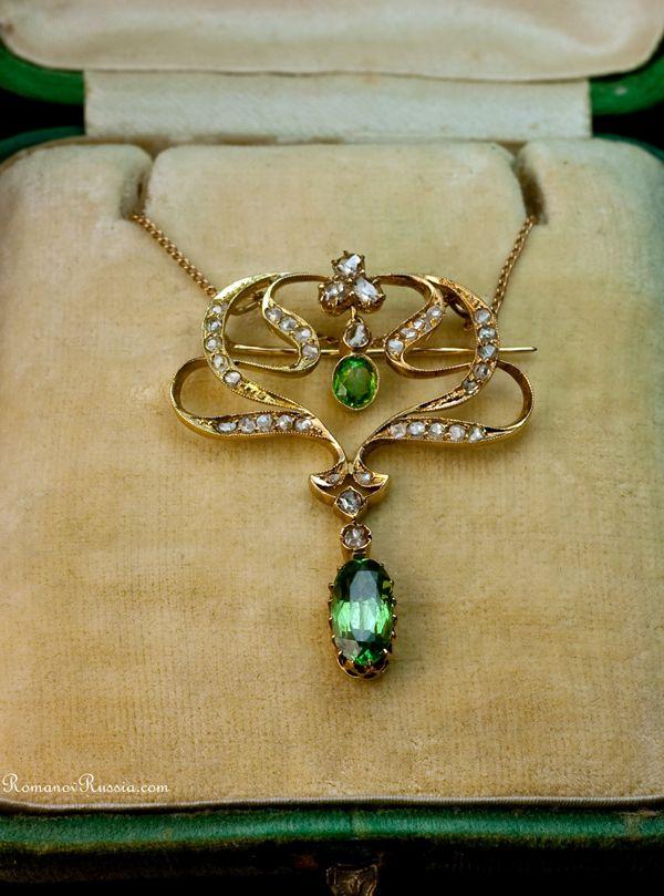 A peça central é  diamante verde russa antiga dos Montes Urais. Russos diamantes verde são muito raros. (diamantes verdes = demantoid)