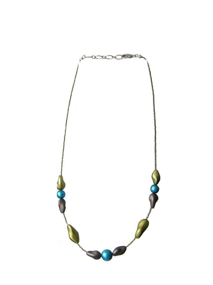 Collana composta da perle in vetro nella tonalità del verde chiaro e del turchese lavorate esternamente con polveri speciali che creano un delicato effetto tessuto.