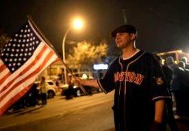 20-Apr-2013 9:45 - FEESTEN IN BOSTON NA ARRESTATIE. In Watertown bij Boston is op verschillende plaatsen feest gevierd, nadat bekend was geworden dat de tweede verdachte van de aanslag tijdens de marathon was gearresteerd. Door de straten van Watertown reden toeterende autos. Tientallen mensen kwamen bijeen op het centrale plein. Ze zwaaiden met Amerikaanse vlaggen en riepen USA! USA!. Ook zongen ze het patriottische lied God Bless America. De politie werd overal in de stad...