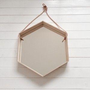 Drewniane lustro z paskiem na rzemyku.  Dostępne w kształcie koła lub heksagonu.  Koło średnica 50cm,głebokość 6cm  Heksagon 53x45x6cm