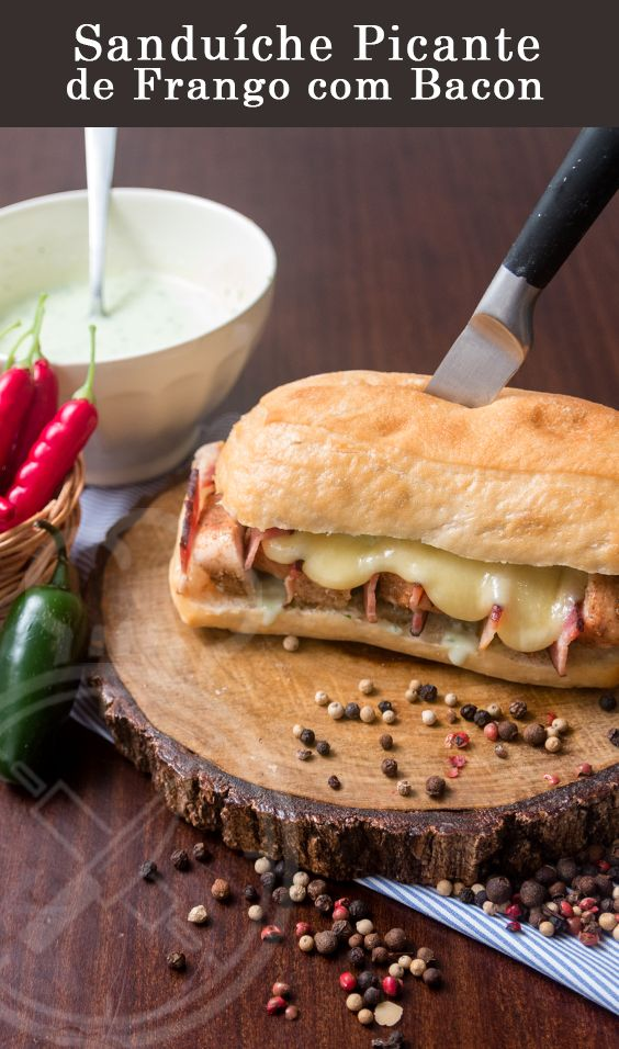 Sanduíche Picante de Frango com Bacon e Maionese de Pimenta Jalapeno
