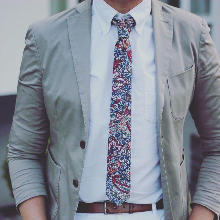 Loving this pattern on that skinny tie!