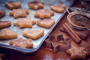 Υλικά ½ φλιτζανιού ελαιόλαδο ½ φλιτζάνι βούτυρο 2 αυγά 1 φλιτζάνι μαύρη ζάχαρη ½ φλιτζάνι λευκή ζάχαρη ½ φλιτζάνι μέλι ½ φλιτζάνι γάλα Ελάχιστο αλάτι (όσο πιάνουν τα δάκτυλα) 1 κουταλιά σούπας κανέλα ½ κουταλάκι γλυκού γαρύφαλλο Περίπου 6 φλιτζάνια αλεύρι για όλες τις χρήσεις 3,5 κουταλάκια γλυκού μπέικιν