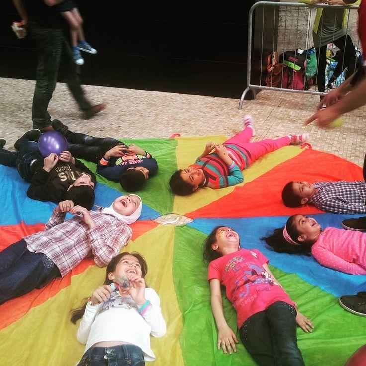 Bambini che giocano in Stazione Centrale a Milano questi piccoli sono usciti da un inferno in attessa di raggiungere qualche paese del nord Europa