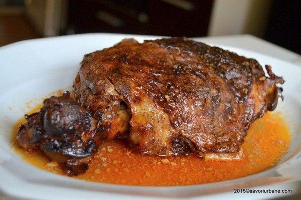 Miel la cuptor cu iaurt si usturoi – reteta delicioasa in stil libanez. O friptura de miel la tava, rumena si suculenta, extrem de frageda. Marinada este din iaurt aromatizat cu ierburi, lamaie si usturoi. Am folosit pulpa de miel alaturi de cateva coaste mai grasute. Imi place extrem de mult carnea dulce si frageda
