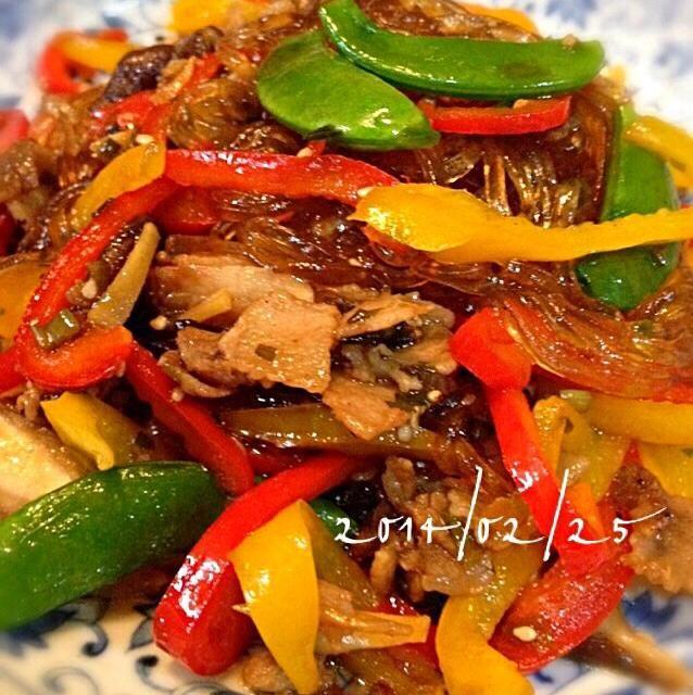 牛肉なかったので豚肉で。甘辛いタレにごま油の香りがたまりませーん♡♡ 香味はネギ、ニンニク、生姜で体もあったまります。根菜、ちんげん菜、キノコ類…お好きな具材、冷蔵庫野菜で出来ちゃいます꒰ •ॢ ̫ -ॢ๑꒱✩ - 282件のもぐもぐ - 香味野菜のパプリカチャプチェ♡ by chura1515