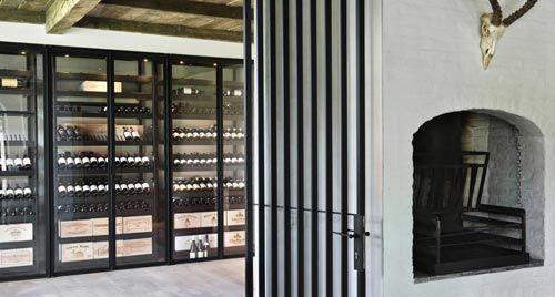 Aangezien het huis geen kelderverdieping had, bleek het noodzakelijk om een kast te plaatsen die geschikt is om alles op te slaan wat in een traditionele kelder te vinden is.