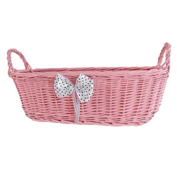 Różowy wiklinowy koszyk z uszkami zdobiony białą kokardą w groszki