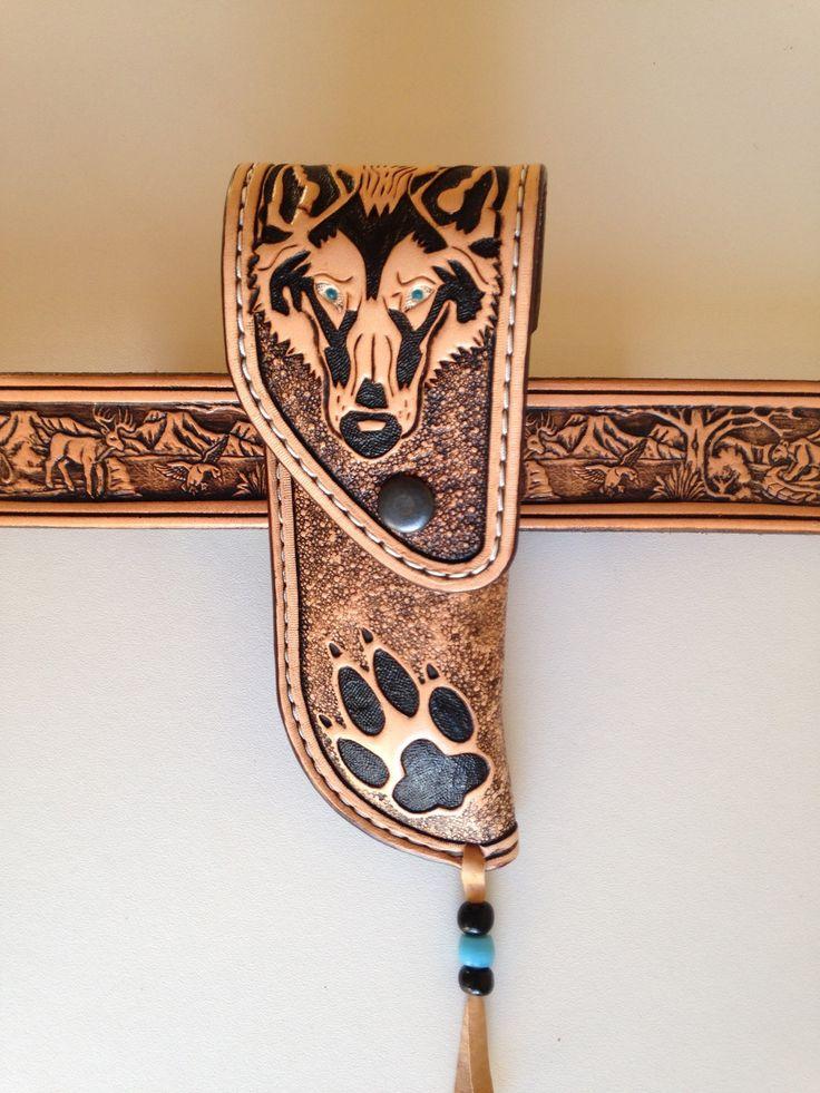 Etui cuir repoussé verticale pour couteau pliant motif: tête de loup et empreinte : Sculptures, gravures, statues par lakota-cuir