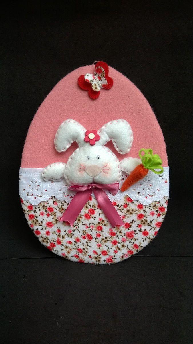 Guirlanda ou Enfeite para porta em formato de Ovo da Páscoa confeccionado em feltro com acabamento em bordado inglês.