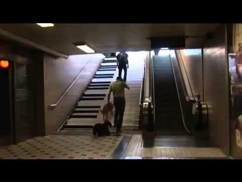 Piano en las escaleras del metro de Estocolmo. - YouTube