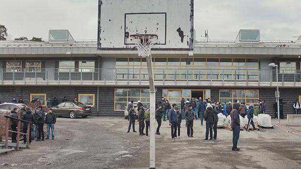 Sveriges udsatte boligområder trækker overskrifter som 'no go-zoner' og 'lovløst land'. Senest fik Stockholm-forstaden Rinkeby verdens opmærksomhed, da angreb mod politiet brød ud få dage efter Trumps udtalelse om, at der er problemer i Sverige. I fire dage flyttede Information til Rinkeby, og opdagede en bydel, hvor unge og voksne oplever intens stigmatisering og har mistet tilliden til både medier og myndigheder.