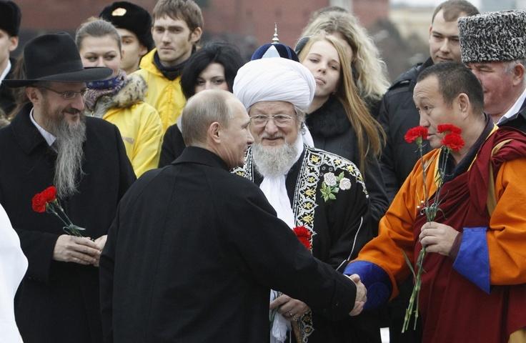 De Russische president Vladimir Poetin heet verschillende religieuze leiders welkom voor een ceremonie ter gelegenheid van de Dag van de Nationale Eenheid.