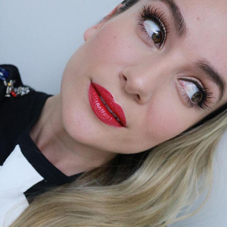 """#mulpix """"Turn me 877"""" Un labial cremoso saturado de color y con acabado brillo como laca de uñas. Abstenerse las amantes de labiales matte porque no tiene nada que ver.💋 . . . .  #dior  #lacquerstick  #dioraddict  #elcorteinglesmurcia  #beauty  #makeup  #diormakeup  #diorlipstick  #diorbeauty  #liquified  #shine  #lips  #lipstick  #labios  #labial  #nuevo  #makeuplover  #lotd  #makeupartistworldwide  #makeupaddict"""