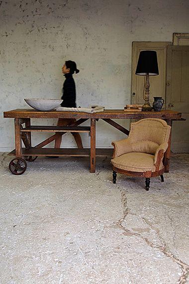 トロリーワークテーブル-vintage work table タフな外見、アイアンの滑車が付いたワークテーブルは反対側の持ち手を引けばお一人でも少々の移動は想像するよりは容易に出来、高さ半分に仕切られた片側2段、収納に優れた大きな棚板、とユーザビリティさは多いに。天板は出来る限り研磨し、全体に薄く表面の保護程度に塗装をしております。アパレル、お花屋さん、雑貨屋さんの什器として。腰骨の横辺りの天板の高さでレジを置くカウンターとしてもジャストなサイズ。