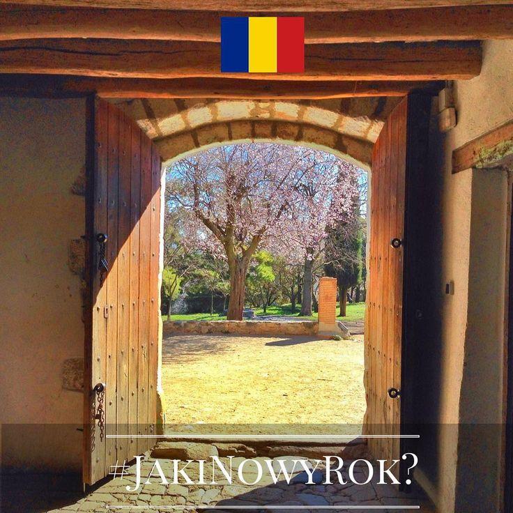 Jaki będzie Nowy Rok? Tego jeszcze nie wiemy, ale znamy ciekawe sylwestrowe i noworoczne zwyczaje europejczyków. Chcecie je poznać? Śledźcie naszą instakampanię każdego dnia, aż do 1 stycznia 2016 r. Wejdźmy w nowy, 2016 rok razem z nadzieją i uśmiechem!  Dzień 6 - Rumunia! O północy w Sylwestra warto zostawić otwarte drzwi. W ten sposób Stary Rok bez przeszkód opuści dom, a Nowy do niego wstąpi.  #JakiNowyRok? #KE #UE #Zwyczaje #NowyRok #Sylwester #UE28 #UniaEuropejska #RazemWnowyRok…