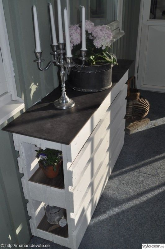This is a counter or bar made from a repurposed pallet.  This would be perfect for outside or in a screened in porch.