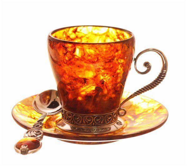 На мой взгляд, в такой чашке гармонично бы смотрелся по цветовым оттенкам кофе – заодно и обязательная к нему ложечка для размешивания прилагается.