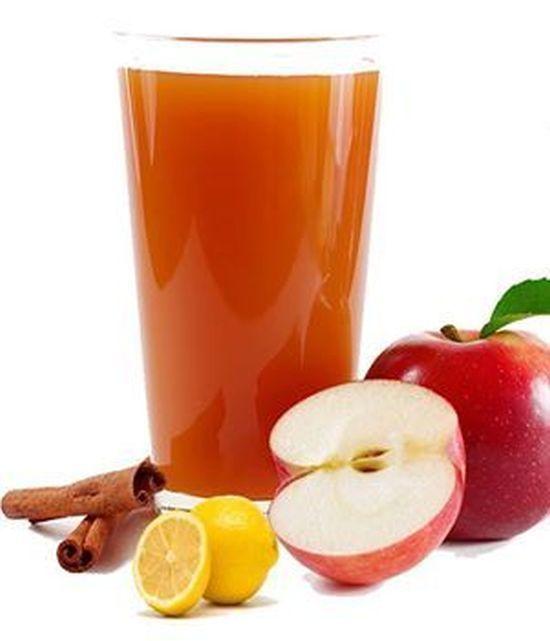 Experții în nutriție susțin că 1 pahar cu apă cu 2 linguri de oțet de mere înainte de masă ne poate aduce foarte multe beneficii pentru sănătate, în special în ceea ce privește sistemul digestiv și imunitar, pierderea în greutate, tratarea răcelilor, prevenirea bolilor, scăderea tensiunii, colesterolului și glicemiei.