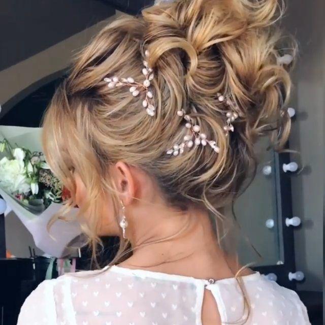 Wenn es um Haare geht, sei es für eine Nacht oder einen besonderen Anlass, insbesondere eine Hochzeit. Eine Hochsteckfrisur mit Locken ist ein einfacher Weg, um ein elegantes Aussehen zu erhalten und wird Ihren Look komplett verändern. Hochsteckfrisuren ermöglichen es Ihnen auch, die Aufmerksamkeit auf Ihre Ohrringe und Ihre Halskette zu lenken.