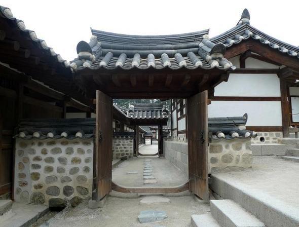 [한겨레] 102칸 짜리 강릉 선교장…강원도 유일의 만석꾼# 족제비가 만들어준 부잣집 한국 최고의 부잣집 한옥은 어디일까.일반적으로 궁궐이 아닌 일반 양반집으로 가장 크게 지을 수 있는 집은 99칸이라고 알려져 있다. 지나친 낭비를 막기 위해 집의 규모를 제한했다는 것이다. 그러나 꼭 그랬던 것은 아니다. 실제 우리 전통...