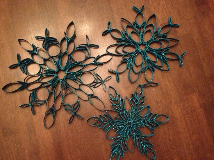I am in LOVE with these snowflakes... in fact, I'm a little obsessed. Last year I came across toilet paper tube snowflakes on Pintere...