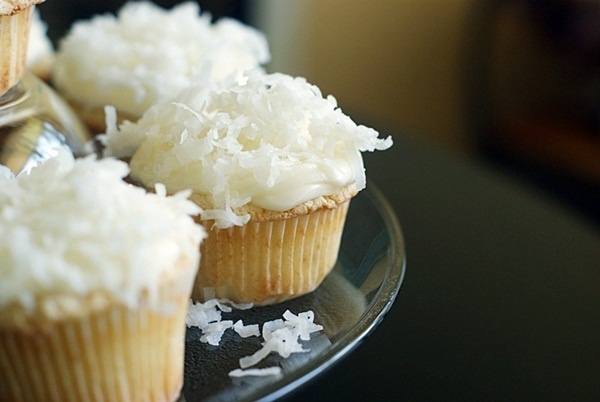 Coconut cupcakes with lime curd filling and cream cheese icing: Coconut Cookies, Vanilla Cupcakes, Cupcakes Fillings, Keys Limes, Coconut Cupcakes, Limes Coconut, Fillings Cupcakes, Coconut Cakes, Coconut Limes Cupcakes