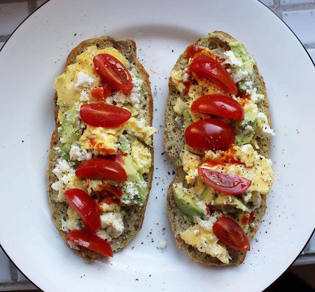 Helgmackor!  scrambled eggs, med avokado, fetaost tomat och chilula.  zucchini-brödet med ägg, nötter och frön (recept från @allagodatingse )  #frulle #glutenfritt #glutenfree #frukoststockholm #frukost #breakfast #brekkie #stockholm #sweden #macka #ägg #scrambledeggs #avokado #bramat #hälsosamt #ekologiskt #lovefood #fetaost #lchf #lowcarb #lchffrukost #cleanfood #avocadosandwich #eggsandwich #chilula