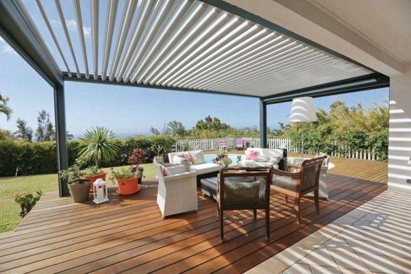 Angebaute Pergola luxuriöses Design moderne Gartenmöbel viele Blumentöpfe
