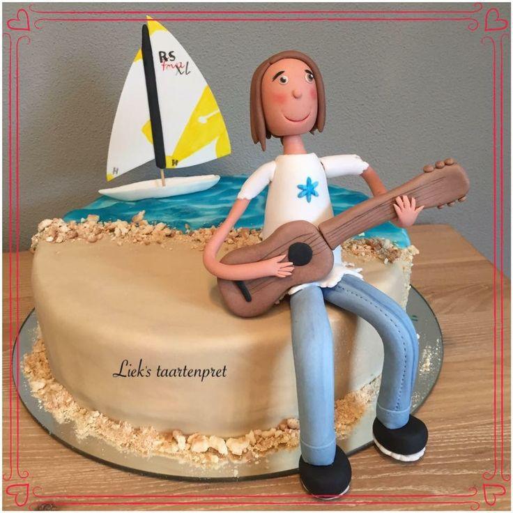 Gitaar, meisje, zeilboot taart, bekleed met fondant, de gemodelleerde figuren zijn van fondant.