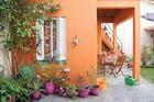 Un patio antiguo con mucho color