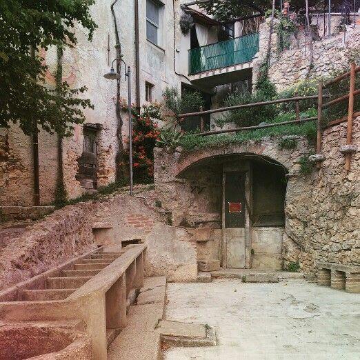 I viottoli che collegavano le borgate di Verezzi sulle alture, con Borgio sulla costa , .... da una piazzetta con caratteristici lavatoi e una vasca circolare in pietra.