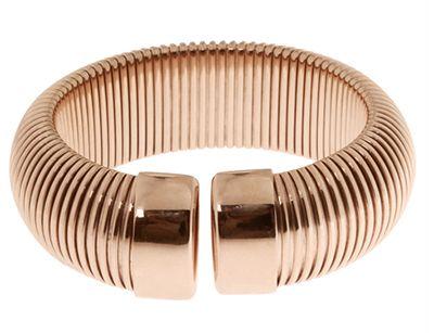 E' una linea di gioielli Made in Italy creata e disegnata per chi segue uno stile chic ma allo stesso tempo spensierato. Una collezione di gioielli fashion creata in bronzo e placcata in oro rosa 18k. Forme moderne ed estremamente femminili, maglie lucide e sinuose.