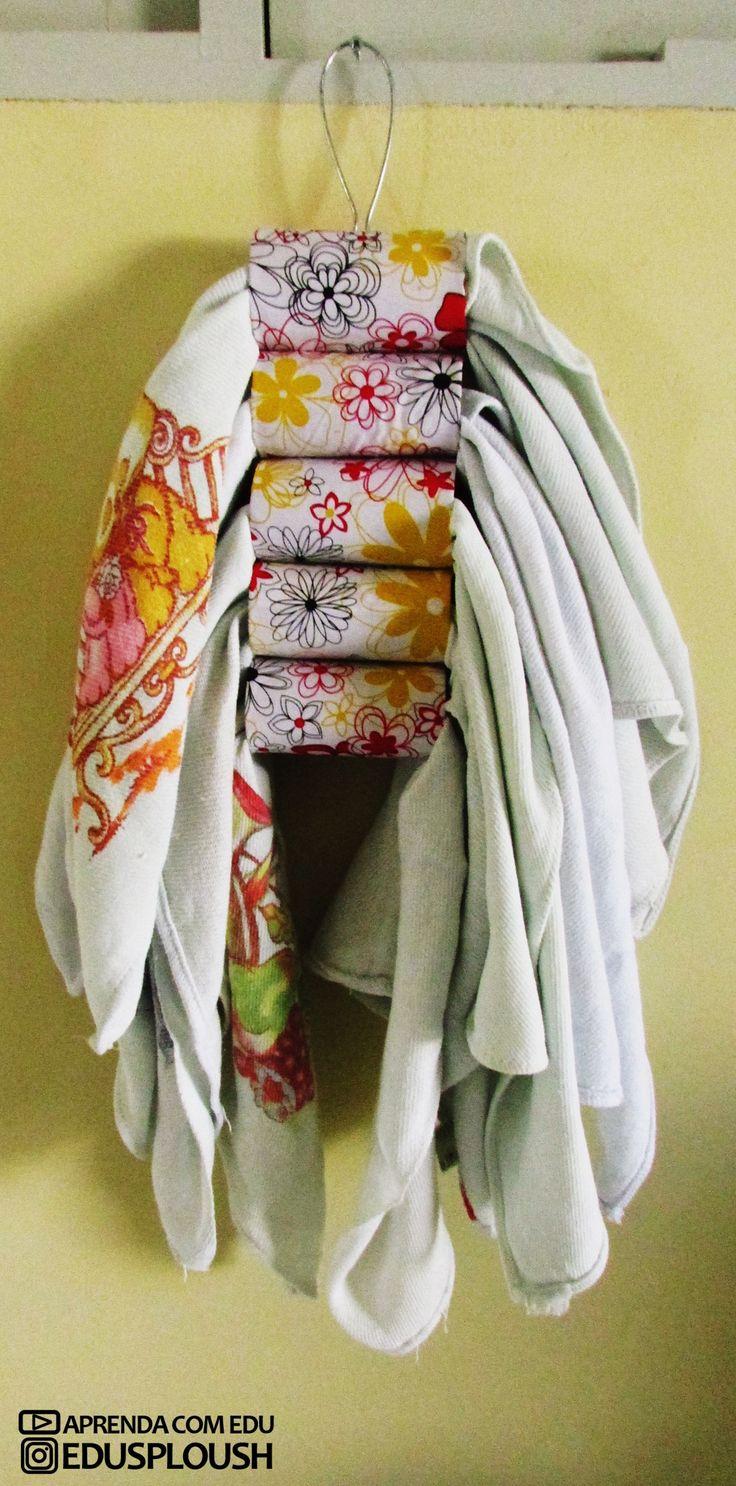 Porta pano de prato feito com rolos de papel higiênico para organizar a sua cozinha e não ficar os pano de prato todos espalhados. #reciclagem #écologiques #ecologico #sustainable #sustentabilidade #artesanato #customização #scrap #craft #paperroll #rolodepapelhigienico #aprendacomedu #panodeprato #portapanodeprato