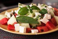 Owocowa sałatka z arbuzem, melonem i fetą