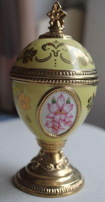 """Huis van Faberge porselein muzikale orchidee ei - """"Song of the Lark Musical - Tchaikovsky""""  Deze veiling is voor een mooie porseleinen huis van Faberge ei muziekdoos gemaakt door de Franklin Mint rond de jaren 1980. Dit is een mooie gele porselein koeler met orchideeën en goud geschilderd trim. Het is in zeer goede staat en speelt Tchiakovsky de Song of the Lark.De top komt af te onthullen een bloempje tabblad dat je wind. Vervolgens de roos zal veranderen in het centrum en hoor je het…"""