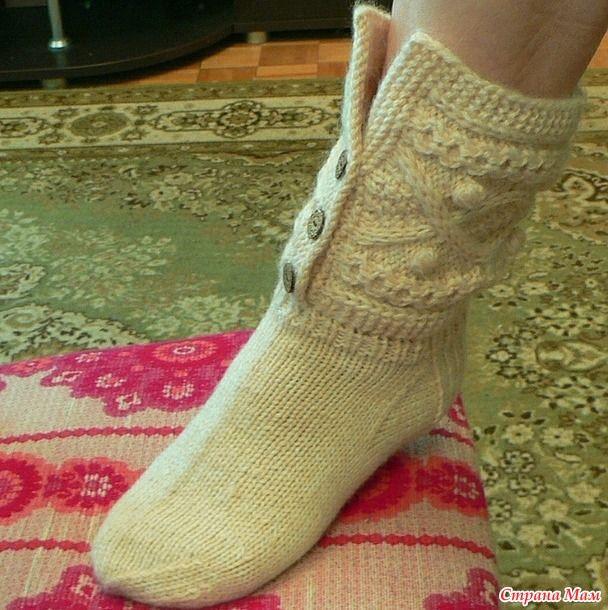 Хочу похвастаться носочками,  которые я вязала подругам в подарок на Новый Год.  Обычно носки вяжу на машине, вот здесь их можно посмотреть http://www.stranamam.ru/