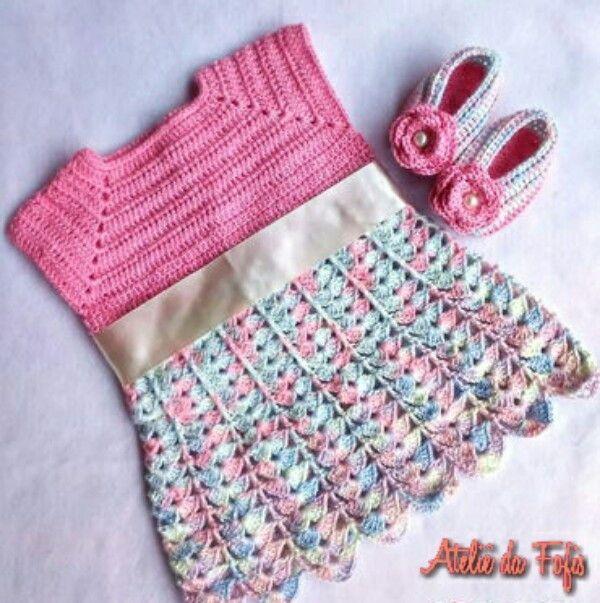 Conjunto de Bebê feito manualmente em crochê, com fio 100% algodão. Composto por:  *Vestidinho: com corpete rosa e saia mesclada em tons baby, tem uma linda faixa de cetim na cintura e pérolas para fechamento do vestidinho nas costas.  *Par de sapatinhos: no estilo Peep Toe com uma linda rosa.   ...