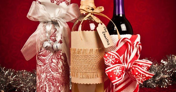 Dez maneiras criativas para embrulhar uma garrafa de vinho. Enquanto uma garrafa de vinho é um presente fácil de dar, ela muitas vezes é difícil de embrulhar. Se você está participando de um jantar festivo ou visitando os sogros, temos dez ideias criativas de embrulhos de garrafas de vinho que deixarão seu presente muito mais bonito.
