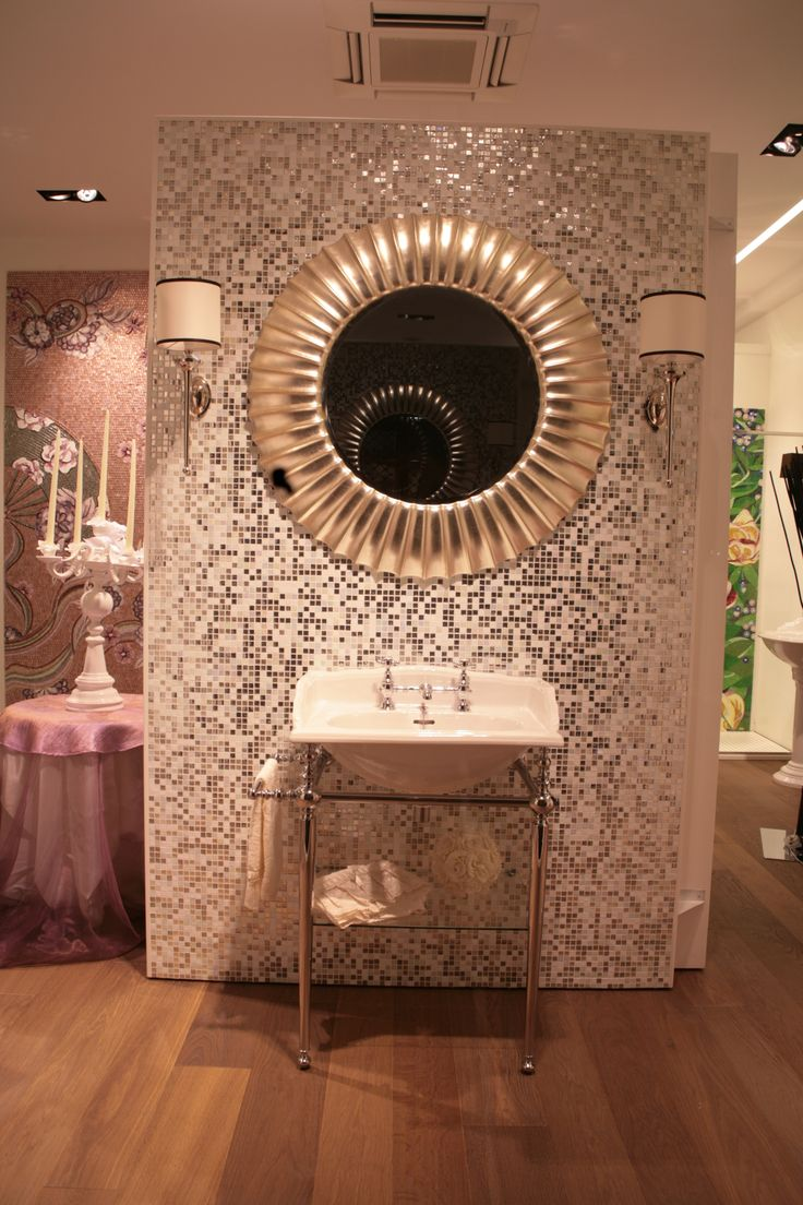 Lavabo ceramica, specchio da bagno,appliques , mosaico vetro e platino, pavimento rovere termotrattato. www.stanzedautore.it