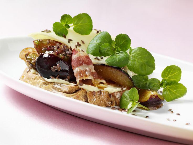 Brot mit Bacon, Pflaumen und Leinsamen - smarter - Zeit: 25 Min.   eatsmarter.de Bei diesem belegten Brot stimmt die Kombi aus herzhaft und süß.
